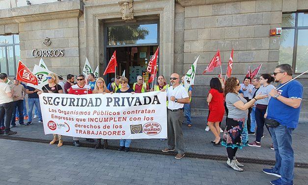 Concentración de trabajadores de Novosegur para exigiendo el pago de atrasos de cinco nóminas